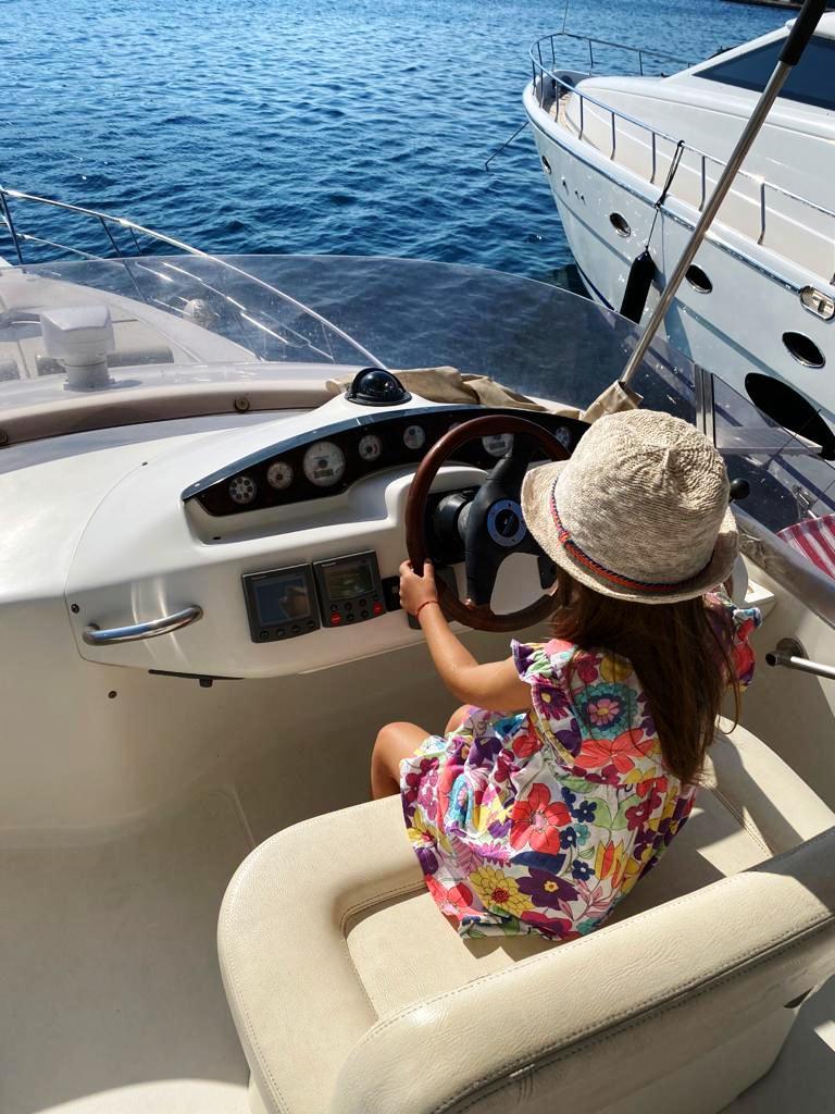 #VacanteleTuristilorMei: Plimbare cu barca pe insula Skiathos